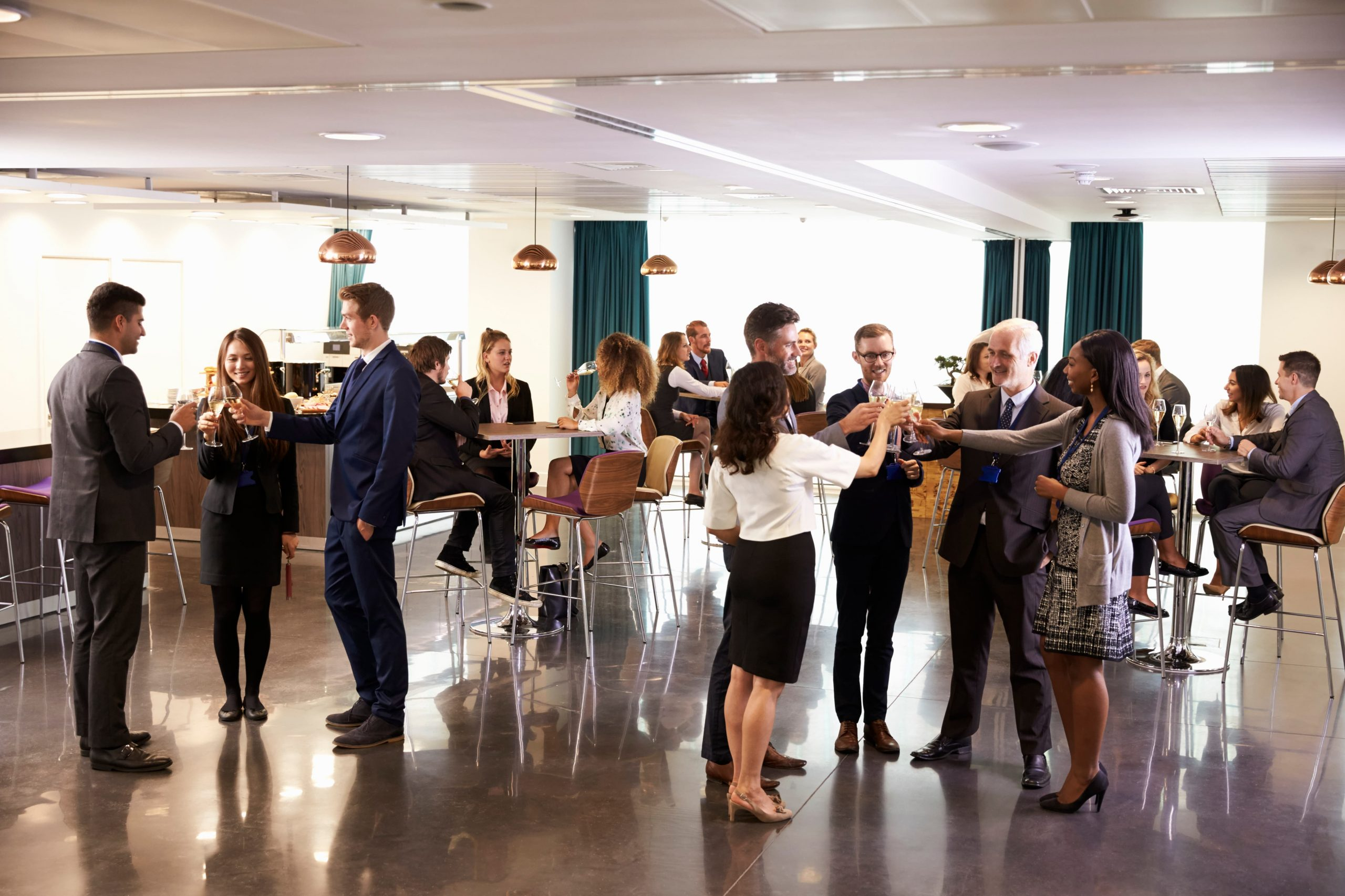 delegates-networking-at-conference-drinks-receptio-P5V59NU